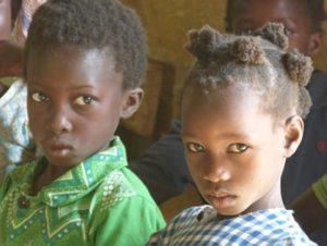 Zwei afrikanische Schulkinder